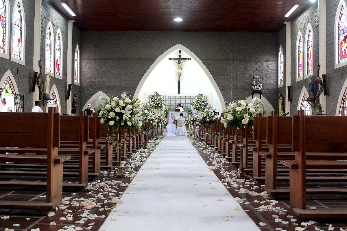 Decoracion matrimonio iglesia for Sillas para novios en la iglesia